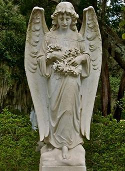 Памятники скульптуры, на могиле, статуи из камня и бронзы.